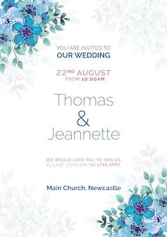 Belle invitation de mariage avec des fleurs peintes en bleu