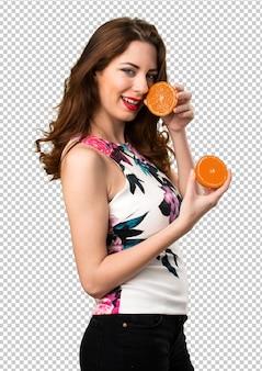 Belle jeune fille tenant des oranges
