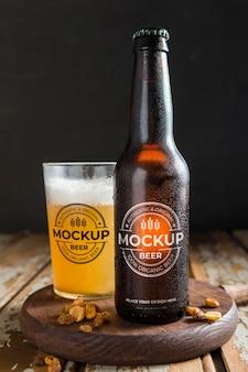 Bière fraîche dans un arrangement de maquette de bouteille