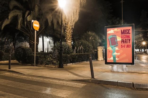 Billboard maquette en ville la nuit
