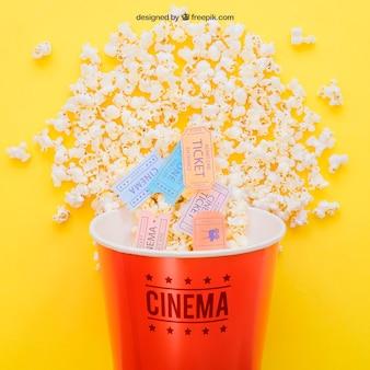 Billets de cinéma dans un seau à maïs éclaté