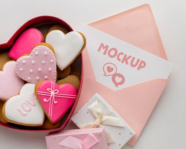 Biscuits de la saint-valentin à plat avec lettre maquette