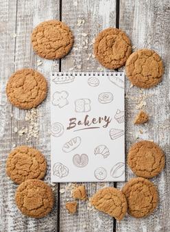 Biscuits savoureux sur table