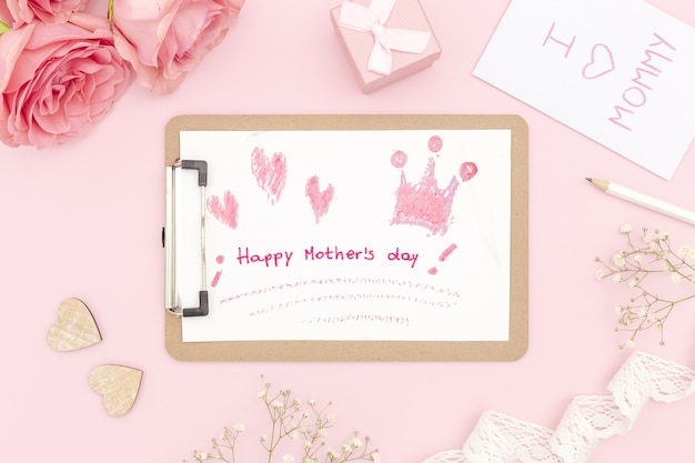 Bloc-notes de fête des mères heureux avec roses et cadeau