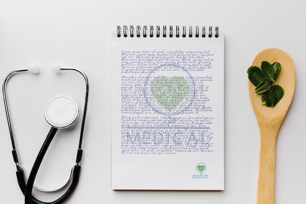 Bloc-notes avec des feuilles de menthe vue de dessus