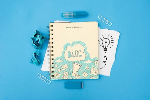 Bloc de texte sur le bloc-notes avec griffonnages sur fond bleu