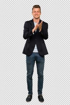 Blonde bel homme applaudissant après la présentation à une conférence
