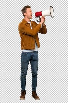 Blonde bel homme criant à travers un mégaphone