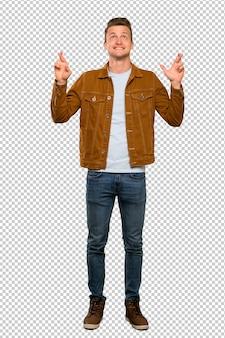 Blonde bel homme avec les doigts qui se croisent et souhaitant le meilleur
