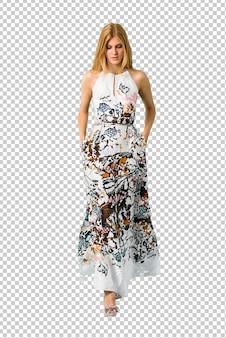 Blonde jeune fille vêtue d'une robe d'été à pied. geste geste.