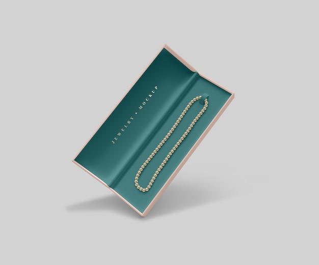 Boîte à bijoux ouverte avec collier de perles dorées
