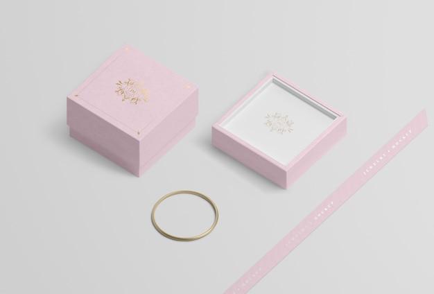 Boîte à bijoux vide près du bracelet en or