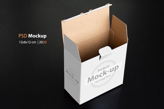 Boîte blanche cubique avec porte ouverte sur maquette de fond noir