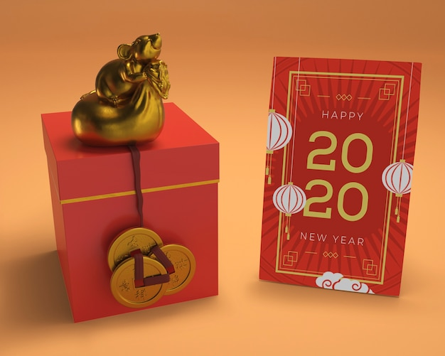 Boîte-cadeau et carte de voeux sur la table