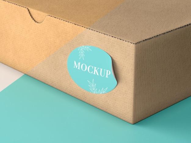 Boîte en carton avec maquette d'autocollant