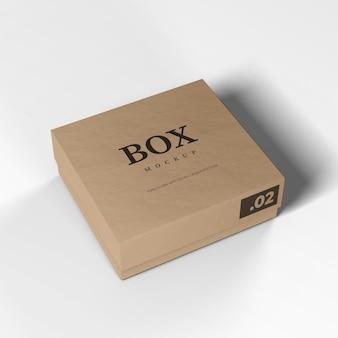 Boîte en carton réaliste sur un blanc