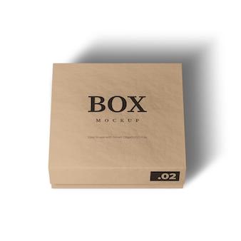 Boîte en carton réaliste sur une maquette blanche