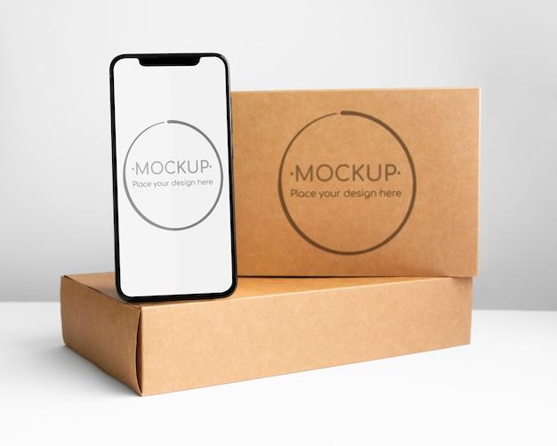 Boîte en carton avec téléphone