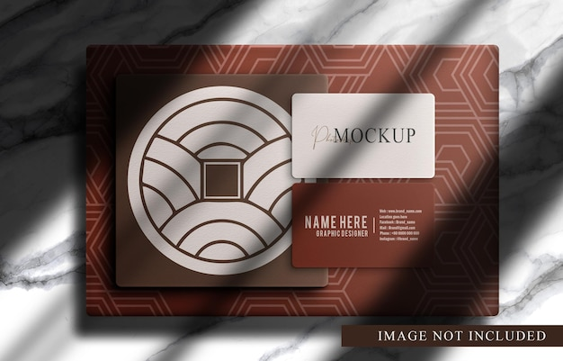 Boîte de gros plan de luxe et carte de visite avec maquette de fond en marbre