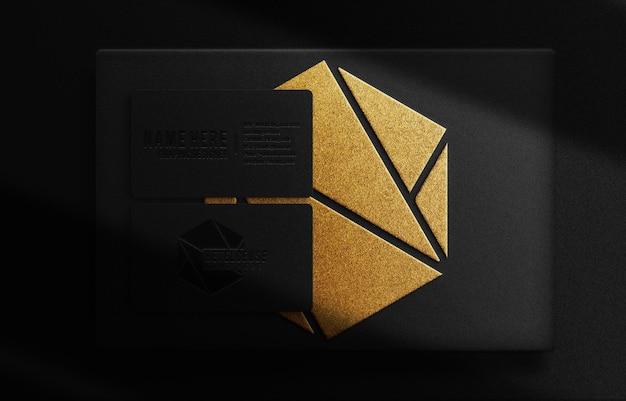 Boîte en relief en or de luxe et maquette de vue de dessus de carte de visite