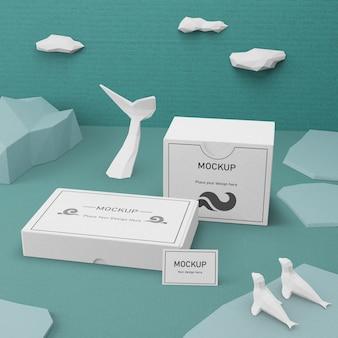 Boîtes en carton et vie marine avec maquette conceptuelle