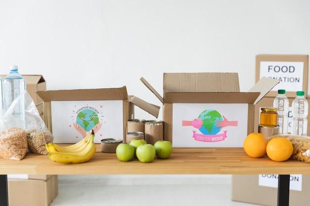 Boîtes avec des dons sur la table