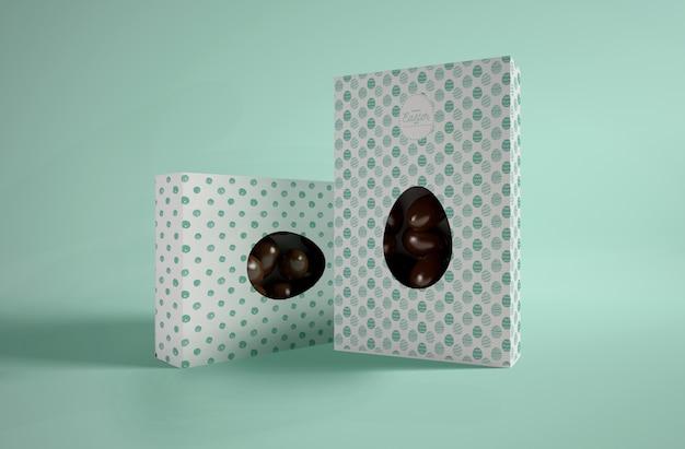 Boîtes avec des œufs en chocolat sur table