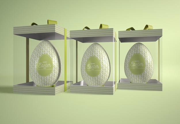 Boîtes transparentes avec des oeufs de pâques sur table