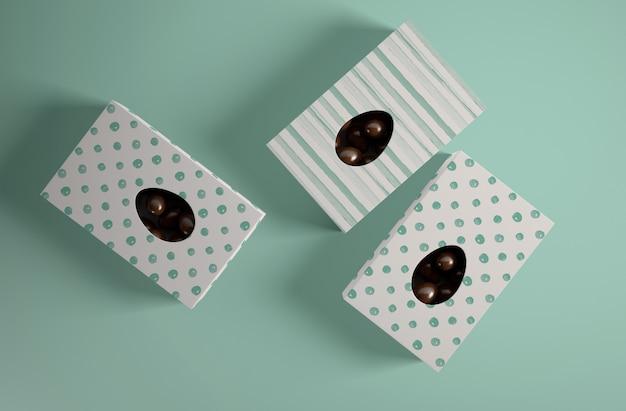 Boîtes de vue de dessus avec des œufs en chocolat