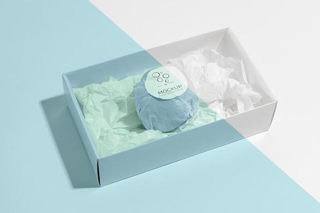 Bombe de bain bleue en boîte high angle