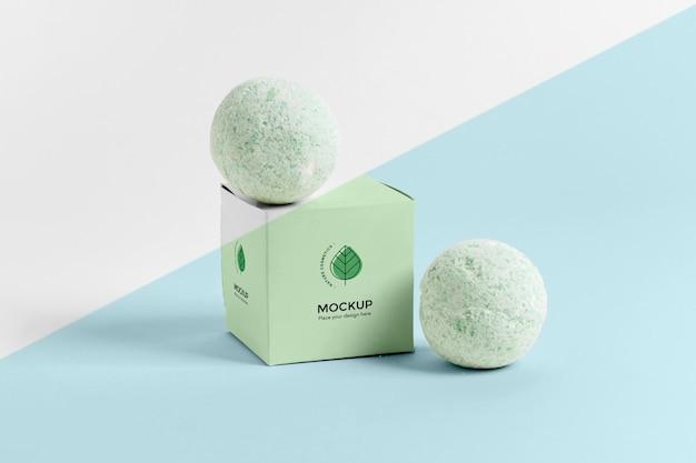 Bombes de bain vertes et arrangement de boîte
