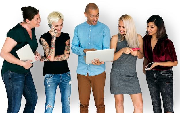 Bonheur groupe de personnes souriant et connoté par des appareils numériques