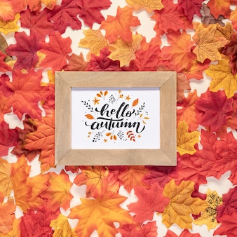 Bonjour automne citation entouré de feuilles colorées séchées