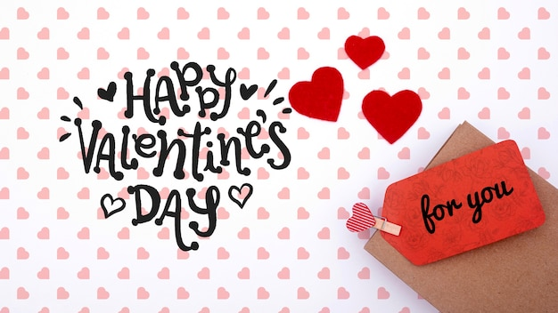 Bonne maquette de la saint-valentin sur fond blanc avec des coeurs