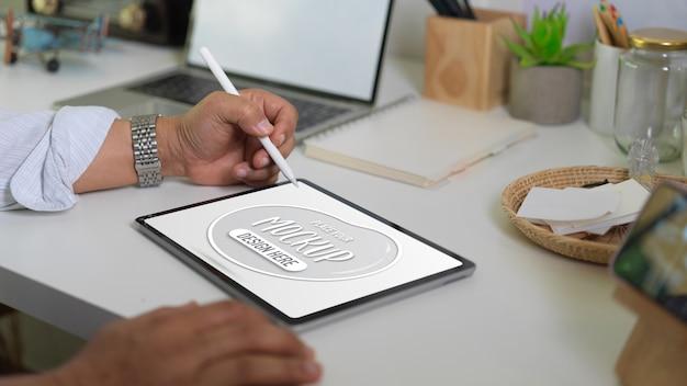 Bouchent la vue d'homme d'affaires tenant une tablette numérique maquette et un stylet