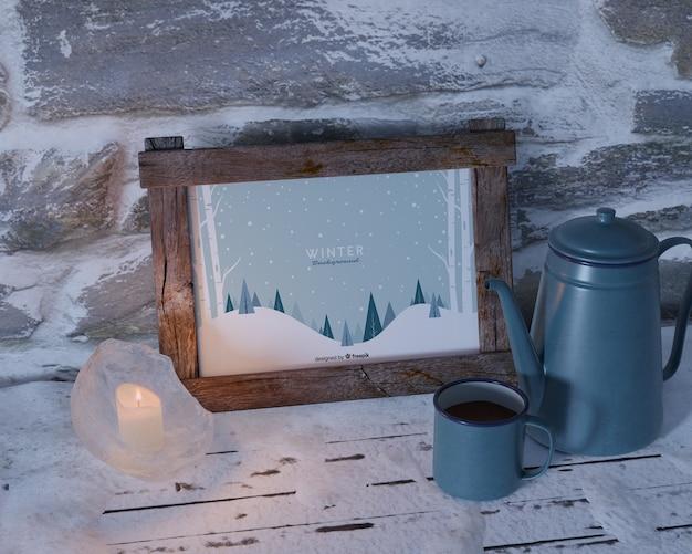Bouilloire avec thé à côté de la maquette du cadre