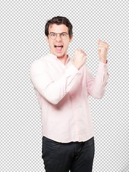 Bouleversé le jeune homme faisant un geste compétitif