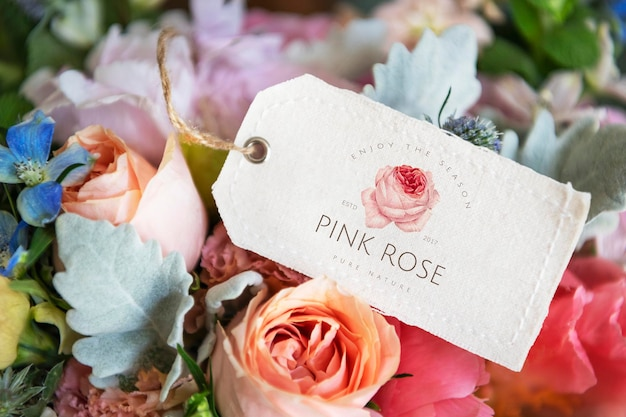 Bouquet de fleurs colorées avec une maquette d'étiquette