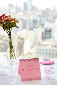 Bouquet de fleurs et invitation pour un événement sweet quinze