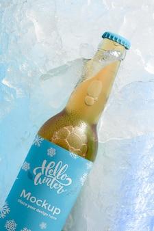 Bouteille de bière vue de dessus dans la neige