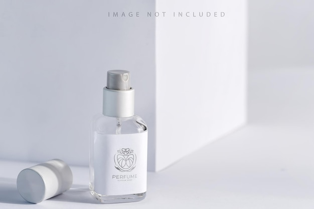 Bouteille de parfum d'arôme de paquet de produit en verre avec la lumière du soleil,