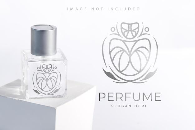 Bouteille de parfum d'arôme de paquet de produit en verre sur le support avec la lumière du soleil