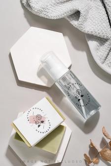 Bouteille de pompe en mousse cosmétique en plastique transparent et maquette de savon