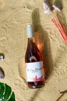 Bouteille de vin maquette sur une plage.