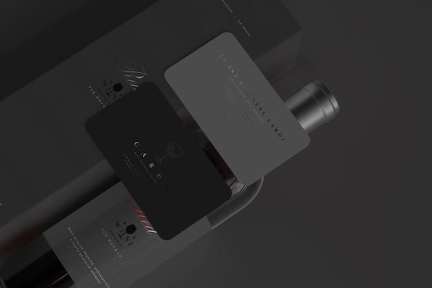 Bouteille de vin rouge avec maquette de boîte et de cartes de visite
