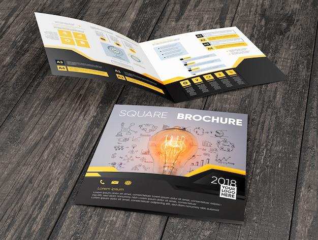 Brochure carrée sur une surface en bois