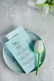Brochures de maquette sur une assiette avec tulipe