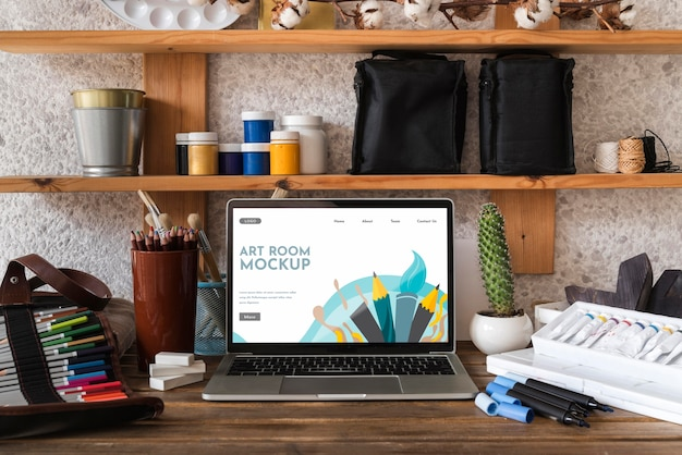 Bureau d'artiste avec ordinateur portable