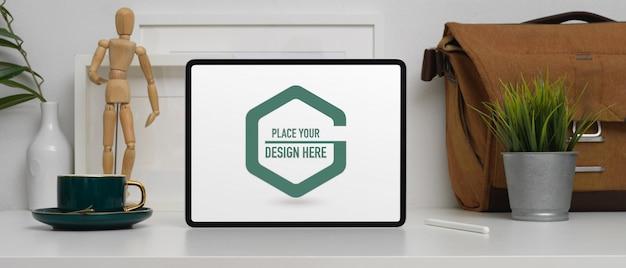 Bureau de bureau à domicile avec tablette de maquette, tasse à café et décorations
