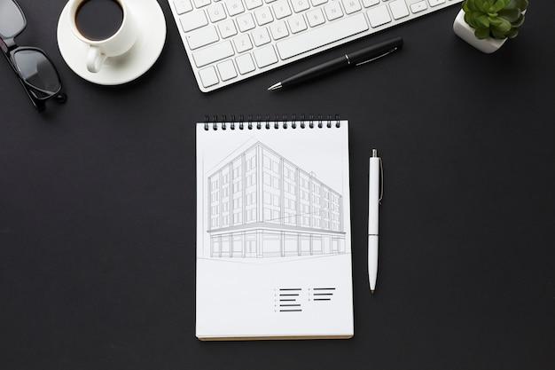 Bureau avec maquette de clavier, café et cahier
